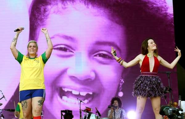 Juliana Strassacapa, da banda Francisco el Hombre, e Catalina García, do grupo Monsieur Periné, tendo ao fundo uma foto em homenagem a menina Ágatha Felix
