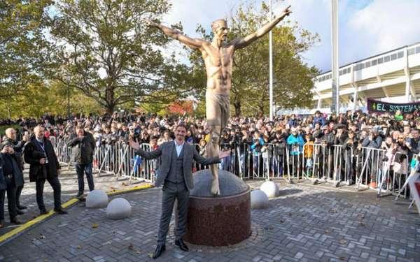 Zlatan Ibrahimovic - O jogador sueco, atualmente defendendo o Los Angeles Galaxy, ganhou uma estátua em Malmö, sua cidade natal, na Suécia. A obra, que mede 3,80m, foi inaugurada nesta última terça-feira.