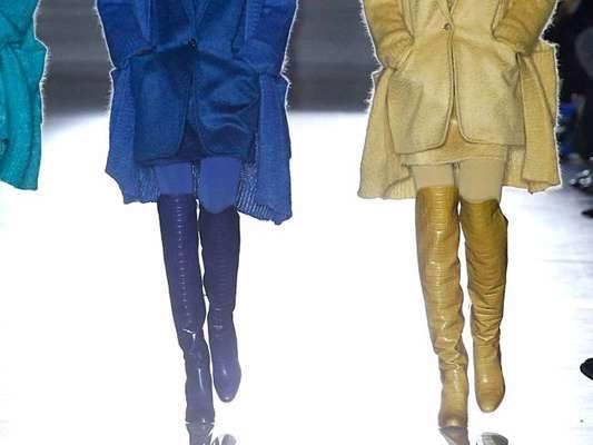 Tá na moda: bota over the knee é aposta de marcas e fashionistas. O trio colorido é de Max Mara