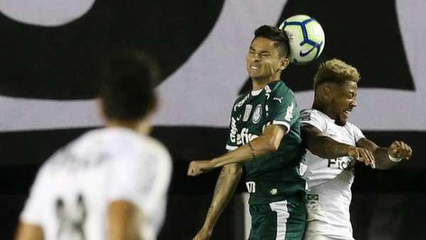 O Palmeiras sucumbiu ao Santos na noite desta quarta-feira na Vila Belmiro e perdeu por 2 a 0, em duelo válido pela 24ª rodada do Campeonato Brasileiro. Ninguém do Verdão teve destaque na partida, e o setor defensivo cometeu muitas falhas que resultaram na derrota. Confira as notas do Palmeiras no LANCE! (por Gabriel Rodrigues)