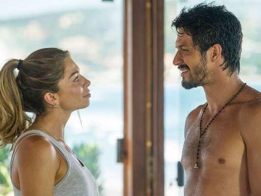 Paloma (Grazi Massafera) e Marcos (Romulo Estrela) não resistem ao clima e são flagrados por Nana (Fabiula Nascimento) na novela 'Bom Sucesso'