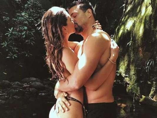 Mariana Goldfarb e Cauã Reymond fazem foto romântica, aos beijos
