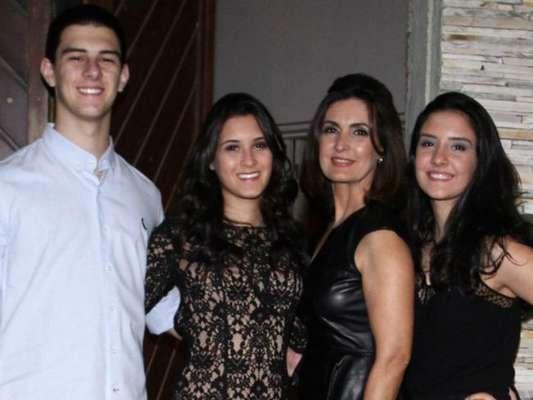 Fátima Bernardes festejou com os pais os 22 anos dos filhos, Beatriz, Laura e Vinícius, neste domingo, 20 de outubro de 2019