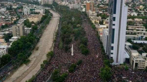 Em Santiago, 1,2 milhão de pessoas foram às ruas exigir mudanças na maneira como o Chile é conduzido