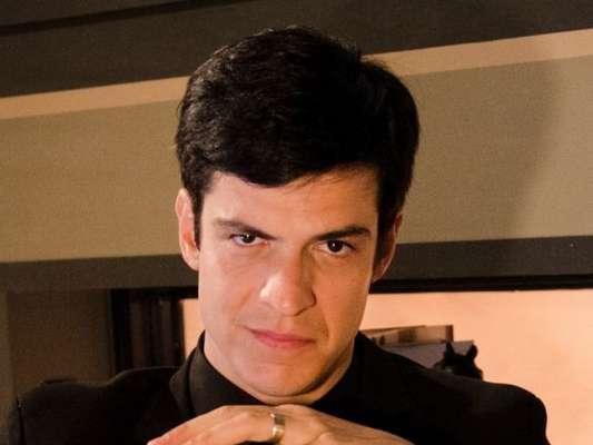 No último capítulo da novela 'A Dona do Pedaço', Félix (Mateus Solano) vai celebrar o casamento de Agno (Malvino Salvador) e Leandro (Guilherme Leicam)