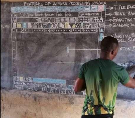 """Professor de Gana ensina informática na lousa - O professor Owura Kwadwo dá aulas na cidade de Kumasi, em Gana, e comoveu internautas ao postar no Facebook fotos em que aparece ensinando computação para seus alunos. Por falta de infraestrutura, ele explicava informática desenhando na lousa a interface dos programas da Microsoft. """"Eu amo tanto os meus alunos que eu tenho de fazer o que for necessário para que eles entendam o que eu estou ensinando"""", escreveu na publicação."""