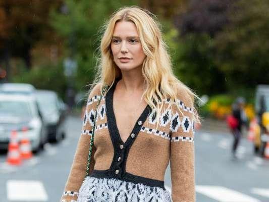 Tendência de moda: cardigan como vestido, blusa e mais formas de usar a peça em alta para looks de meia-estação