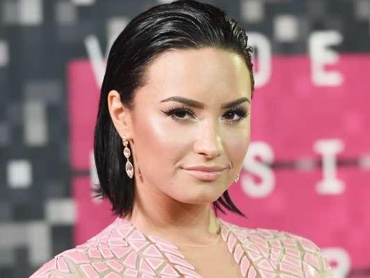 Demi Lovato deixa time das solteiras e assume novo compromisso