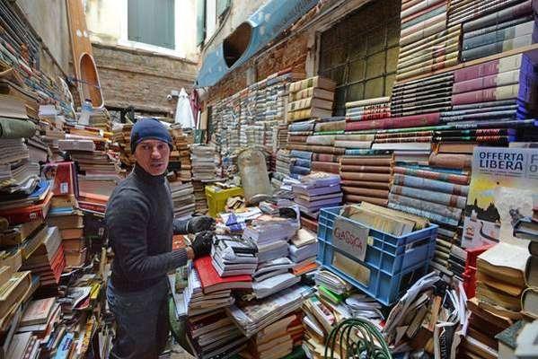 Livraria Acqua Alta tenta retomar normalidade após inundação