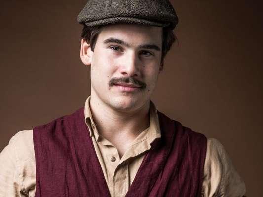 Alfredo (Nicolas Prattes) se gaba para Júlio (Antonio Calloni) por ter dormido com Marion (Ellen Rocche) na novela 'Éramos Seis'