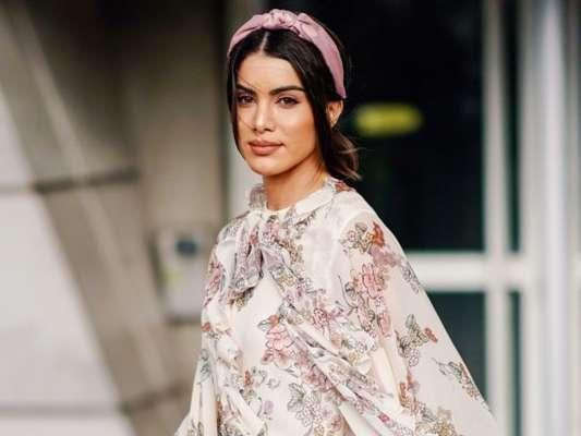 Arco na moda: acessório para cabelo virou queridinho entre fashionistas e deixa o look mais interessante no ato. Veja 20 fotos para inspirar!