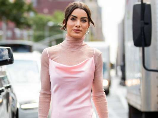 Vestido com sobreposição: veja 9 looks do street style que vão te inspirar a apostar nessa combinação poderosa