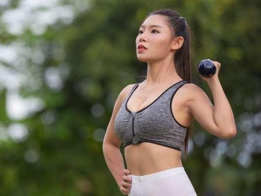 Como emagrecer braço: nutricionista e personal trainer dão dicas de dieta e exercícios para afinar os membros superiores. Confira!