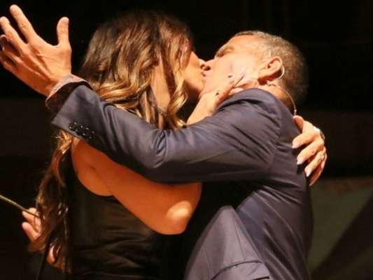 Viviane Araujo beija Eri Johnson ao estrelar peça 'Quem é Quem'