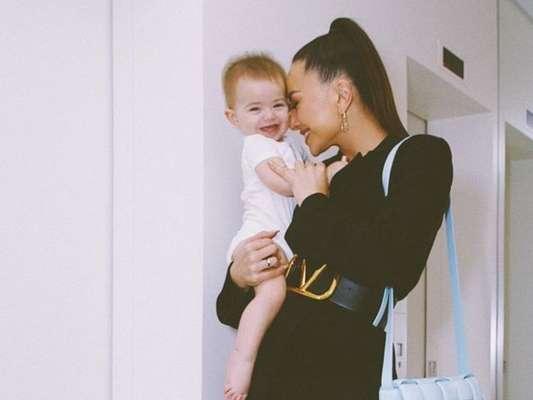 Sabrina Sato filma a filha, Zoe, andando com apoio de amigo, em 1º de dezembro de 2019