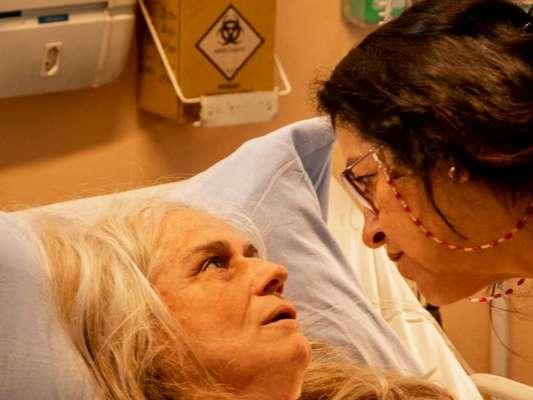 Na novela 'Amor de Mãe', Lurdes (Regina Casé) descobre ser mãe de Sandro (Humberto Carrão) no capítulo desta segunda-feira, 2 de dezembro de 2019, em revelação feita por Kátia (Vera Holtz)