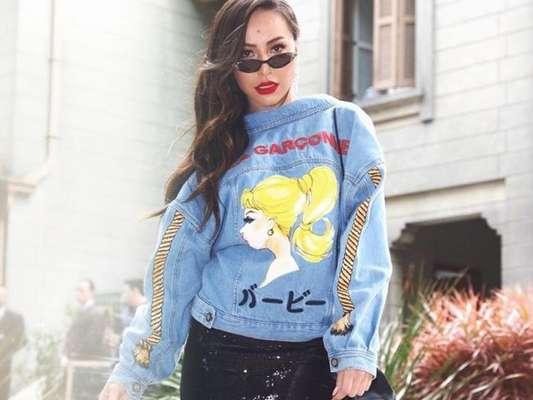 Jaqueta jeans de Sabrina Sato protagoniza look moderno com truque fashion nesta segunda-feira, dia 02 de novembro de 2019