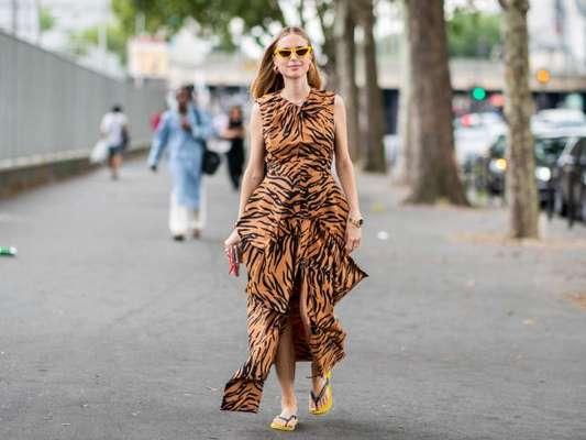 Tá na moda: vestido animal print com chinelo é combo estiloso para se manter fashion no verão