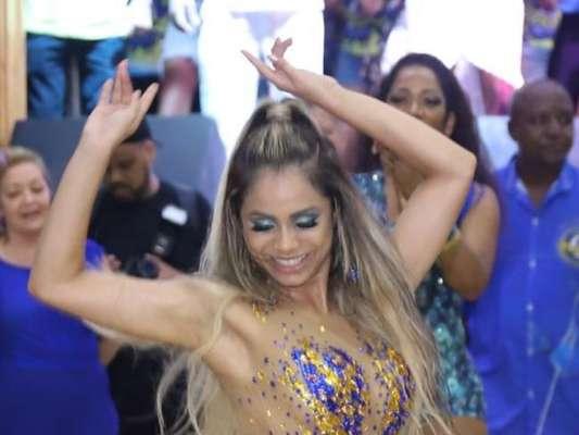 Lexa, 15 quilos mais magra, mostrou samba no pé na festa de 88 anos da Unidos da Tijuca na quadra da agremiação neste sábado, 4 de janeiro de 2020