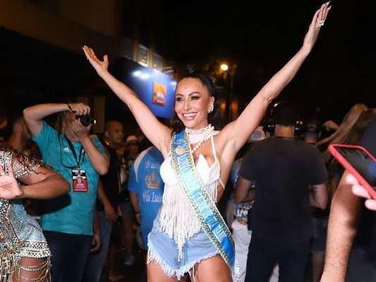 Sabrina Sato brilhou como rainha de bateria no ensaio de rua da Vila Isabel neste domingo, 5 de janeiro de 2020