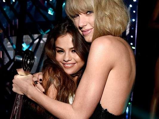 Taylor Swift se declara para Selena Gomez em entrevista e nós estamos morrendo de tanta fofura