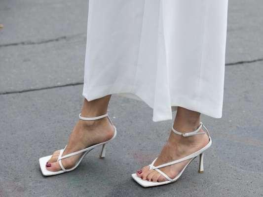 Sandálias da moda: rasteirinha metalizada, sandália de salto com bico quadrado e mais sapatos para usar no verão 2020. Fotos!