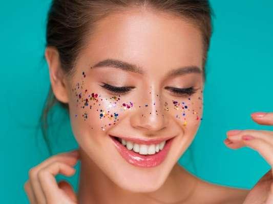 Maquiagem para o Carnaval: 10 inspirações de makes com brilho para você arrasar nos blocos!