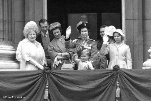 Príncipe Andrew - O príncipe Andrew, nascido em 19 de fevereiro de 1960, aparece no centro da foto, no colo de Elizabeth II, sua mãe. Ele é o terceiro filho da rainha.