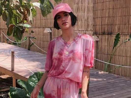 Tie dye é tendência e as famosas já estão apostando na estampa manchadinha nos looks de verão!