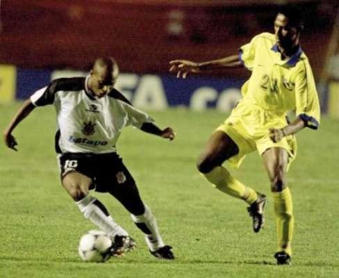 Edilson foi crucial na conquista do primeiro mundial do Timão, em 2000. Aqui, em um jogo com o Al Nassr