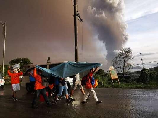 Coluna de fumaça expelida pelo vulcão Taal, nas Filipinas
