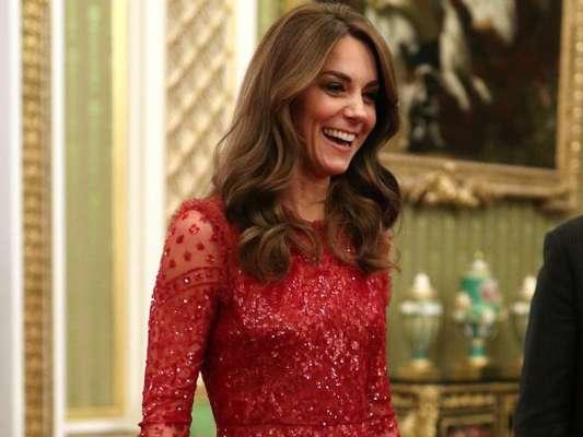 Kate Middleton alia transparência e brilho em look vermelho romântico nesta segunda-feira, dia 20 de janeiro de 2020