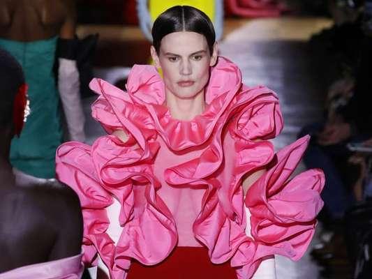 Moda mais é mais! Valentino exibe coleção de alta-costura com muitos babados, laços, saias armadas e mais trends
