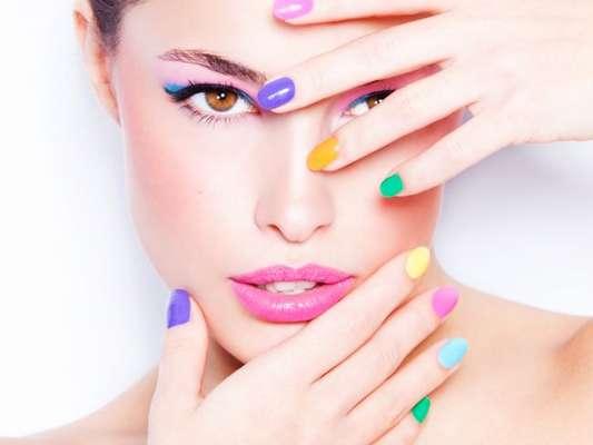 Unhas coloridas, com estampas em animal print, neon e mais! Confira as tendências de nail art para o carnaval