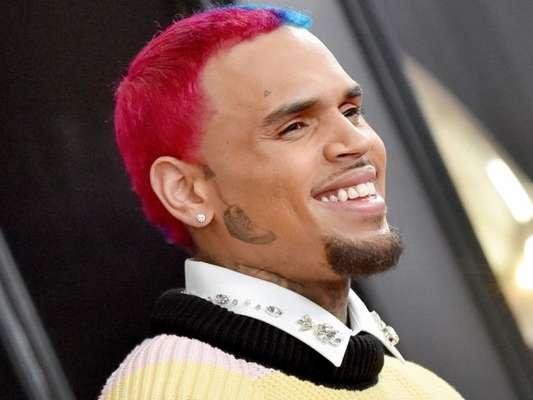 Chris Brown faz tatuagem de tênis no rosto