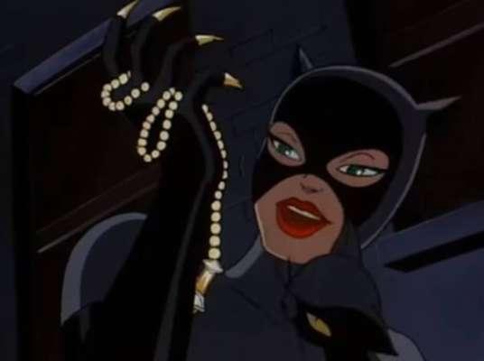 Mulher-Gato - Zoë Kravitz - A personagem de Zoë Kravitz, a Mulher-Gato, costuma usar sempre roupas pretas e adotar trejeitos felinos nos quadrinhos e animações de 'Batman'.