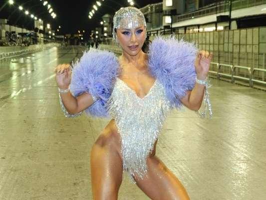 Sabrina Sato aposta em look cavado para último ensaio em São Paulo nesta quinta-feira, dia 13 fevereiro de 2020