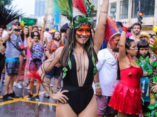 Alessandra Negrini desfila pelo bloco Acadêmicos do Baixo Augusta, pelas ruas de São Paulo, neste domingo, 16 de fevereiro de 2020