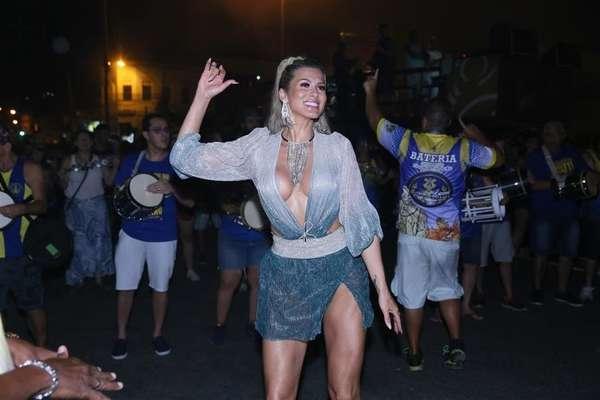 Livia Andrade no último ensaio de rua da Paraíso do Tuiuti