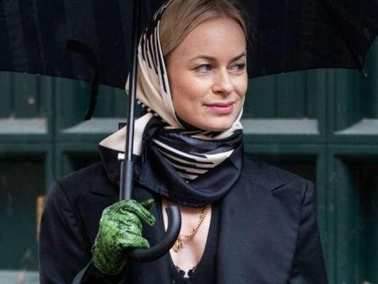 Nova moda! Luvas estão em alta na composição dos looks do street style do London Fashion Week