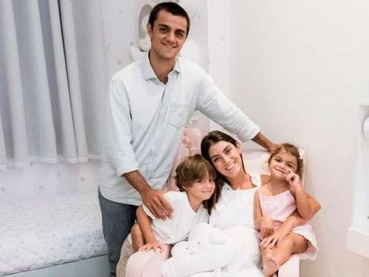 Felipe Simas e Mariana Uhlmann abriram o quarto de Vicente, seu terceiro filho