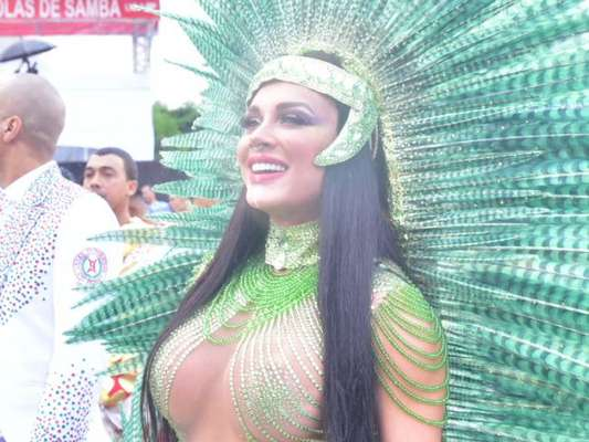 Juju Salimeni surgiu morena e sem tapa-sexo no desfile da X-9 Paulistana neste carnaval, na manhã do sábado, 22 de fevereiro de 2020