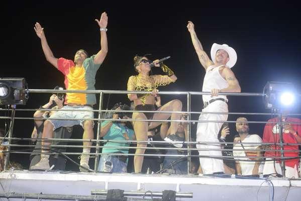 Trio de Anitta e famosos em Salvador