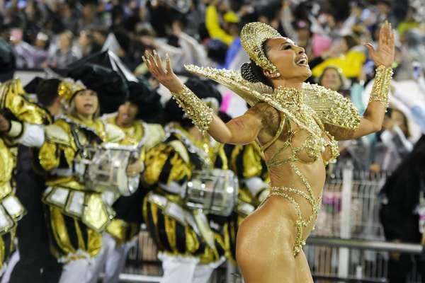 Sabrina Sato exibiu corpão em desfile da Gaviões