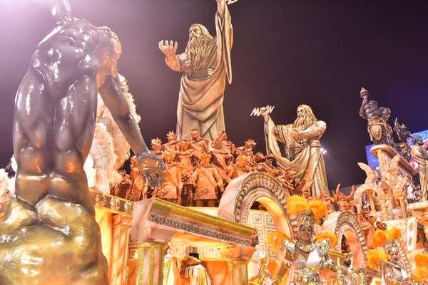 Desfile da Gaviões da Fiel falou sobre amor