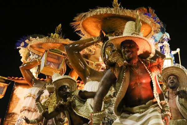 Desfile da Beija Flor, no grupo especial, no Sambódromo da Marquês de Sapucaí, nesta terça-feira (25).
