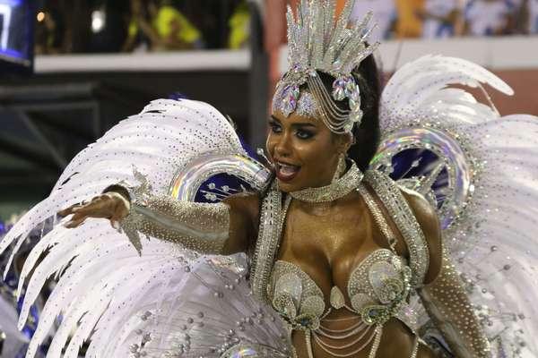 Raíssa de Oliveira, rainha de bateria no desfile da Beija Flor, no grupo especial do Carnaval 2020, na Sapucaí, nesta terça-feira (25).