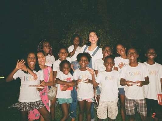 Bruna Marquezine dispensa Sapucaí e se diverte com crianças refugiadas e 'BBB' em casa. Veja fotos postadas pela atriz na noite de sábado, dia 29 de fevereiro de 2020
