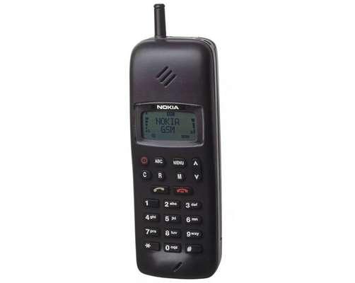 Nokia 1011 - Criado em 1992, foi o primeiro celular produzido em massa para redes GSM, faixa de frequências até hoje usada nas redes de telefonia celular em diversos países, incluindo o Brasil. O telefone, que podia receber mensagens SMS, marca a transição da telefonia celular analógica para a digital.
