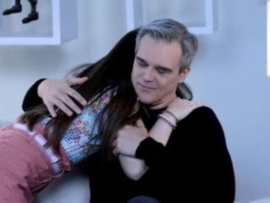 Na novela 'As Aventuras de Poliana', Poliana (Sophia Valverde) chama Pendleton (Dalton Vigh) de pai pela primeira vez e o abala, no capítulo de sexta-feira, 29 de maio de 2020